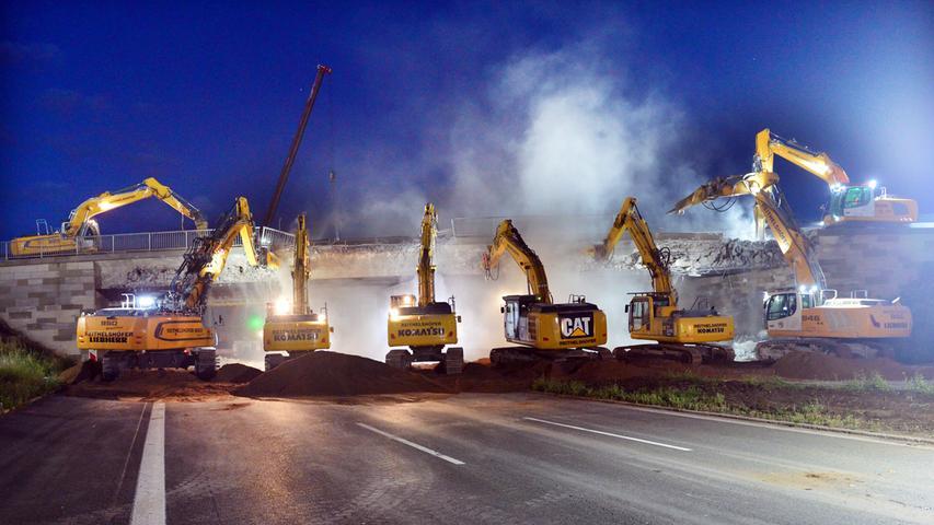 In einer Aufsehen erregenden Nachtaktion ist im August vergangenen Jahres eine alte Brücke bei Erlangen abgerissen worden. Elf Bagger waren da im Einsatz.