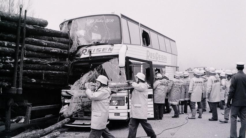 Bei diesem spektakulären Unglück bei Nürnberg gab es mehrere Tote und Verletzte. Ein Bus war bei Nürnberg in einen Holztransporter gefahren.