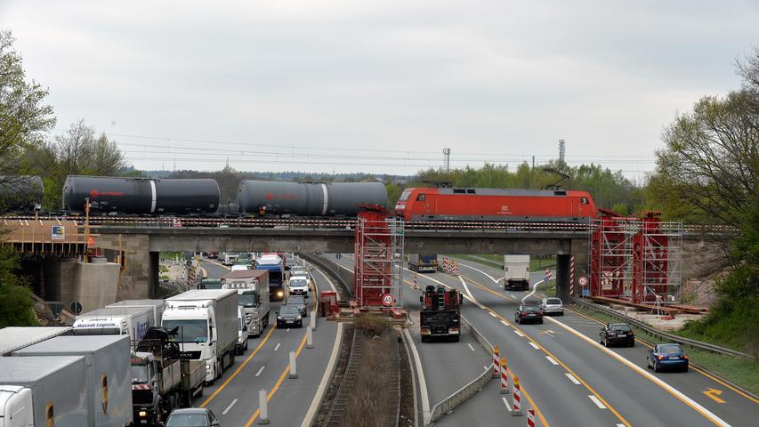 Der S-Bahnbau verlangt mehr Raum: Kurz vor dem Autobahnkreuz Fürth/Erlangen wurde deshalb 2014 eine neue Brücke gebaut.Die Konstruktion wurde als Ganzes über die Autobahn geschoben.