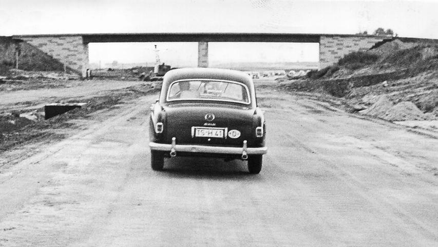 Hinter der Autobahneinfahrt Tennenlohe zeichnen sich 1960 schon die Fahrbahnen ab, aber es fehlt ihnen noch die Asphaltdecke.