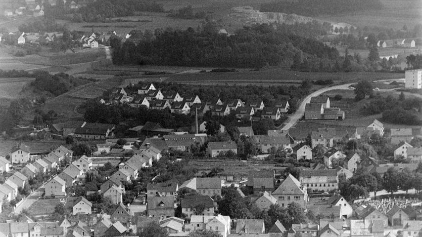 Wie sehr sich die Stadt Pegnitz in den vergangenen 50 Jahren verändert hat, beweist dieser Blick vom Aussichtsturm am Schloßberg aus dem Jahr 1968. Vor allem im Wohnungsbau hat sich viel getan, etwa auf dem Gelände der Gärtnerei Hoffmann (Bild Mitte) oder im Bereich Wasserberg und entlang der Hans-Böckler-Straße. Auch der Milchhof (zu erkennen am Schlot) hat längst einem Seniorenheim Platz gemacht.