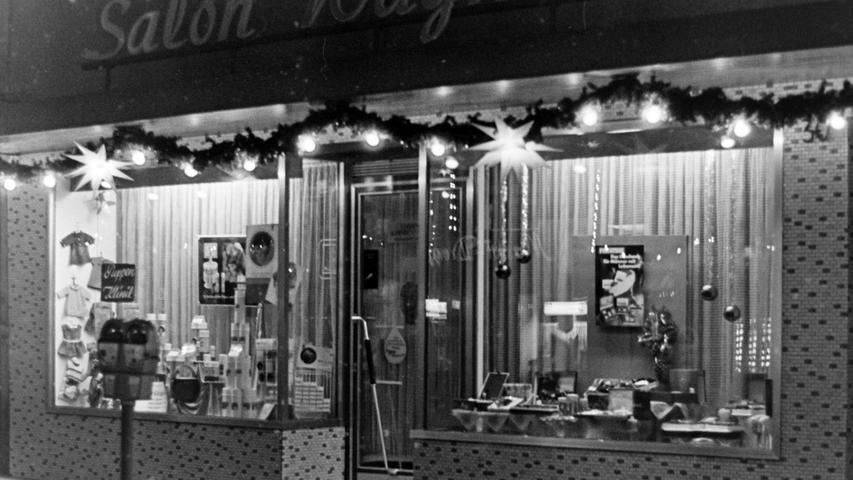 Der Friseur-Salon Wagner ist ebenfalls aus dem Stadtbild verschwunden. Später wardort eine Änderungsschneiderei untergebracht, die inzwischen auch geschlossen ist.