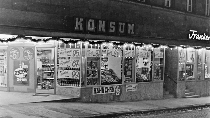 Wer erinnert sich noch daran, dass im heutigen Gesundheitszentrum in der Hauptstraße vor einem halben Jahrhundert ein Konsum-Einkaufsmarkt beheimatet war? In den Räumen der heutigen Apotheke wurden damals Hähnchen, Brechbohnen, Navel-Orangen und Grundnahrungsmittel aller Art verkauft.