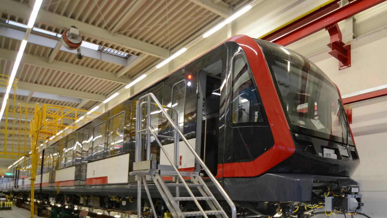 Der erste Zug der neuen Nürnberger U-Bahn kurz vor seiner Fertigstellung bei Siemens in Wien