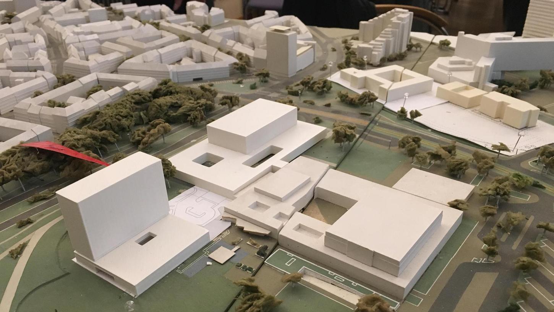 Das geplante Hotel-Hochhaus (vorne links im Bild) steht aus Sicht der Experten in Konkurrenz zur Meistersingerhalle (rechts) und auch zu dem geplanten Konzertsaal (hinten), die beide flach ausfallen.
