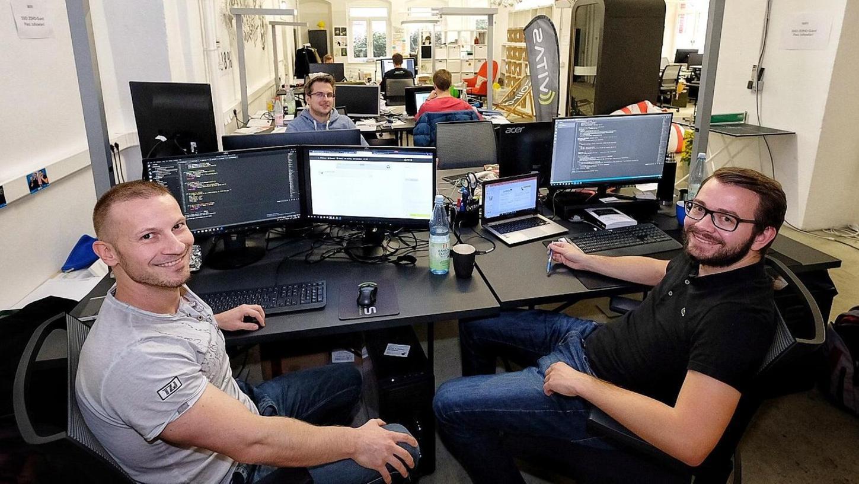 Fühlen sich wohl in der kreativen Umgebung des IT-Gründerzentrums Zollhof Tech Incubator: Die drei Mitarbeiter des Start-ups