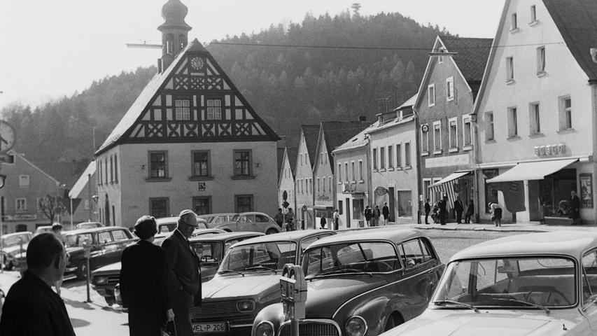 Vor 50 Jahren gab es am Marktplatz noch viele Läden, die inzwischen verschwunden sind. Darunter (v. r.) die Bäckerei Pflaum mit einem Edeka-Laden, die Bäckerei Brand und das Traditions-Gasthaus