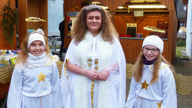 Christkind Milena und seine beiden Engelchen beschenkten die Auernheimer Kinder.
