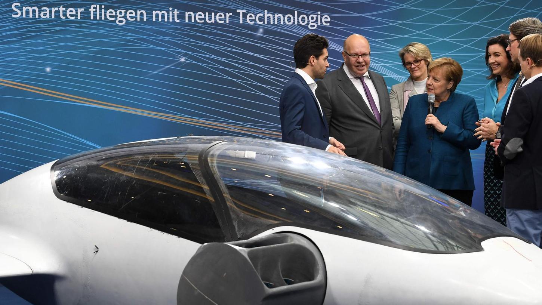 Lassen sich ein Flugtaxi erklären: Kanzlerin Merkel mit den Ressortchefs Peter Altmaier und Anja Karliczek (links neben ihr), Andreas Scheuer (2.v.r.) sowie Dorothee Bär, Staatsministerin für Digitalisierung im Kanzleramt.