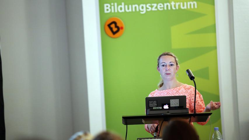 Das Bildungszentrum und seine 1246 Kursleiterinnen und Kursleiter organisieren jährlich 5385 Veranstaltungen. Die Teilnahme kostet durchschnittlich 3 Euro, die Stadt bezuschusst diesen mit 5,27 Euro.