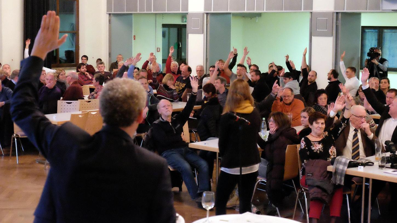 Zweimal wurde abstimmt, ob sich der Stadtrat mit speziellen Themen befassen soll. Zweimal meinte die Mehrheit der Bürgerversammlung, das sei eigentlich nicht nötig.