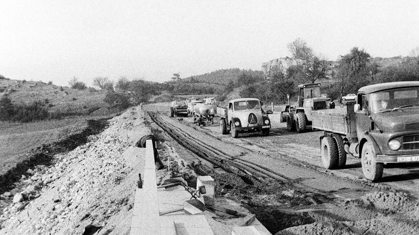 Rechtzeitig vor dem Wintereinbruch wurde vor 50 Jahren eine fast zehn Kilometer lange Großbaustelle auf der Autobahn zwischen Pegnitz und Trockau wieder für den Verkehr freigegeben, obwohl erst die Zwischendecke aufgetragen war. Das Autobahnamt nahm dabei auf die erhöhte Unfallgefahr in den Wintermonaten Rücksicht. Seit 1960 war damals auf der A9 zwischen dem Hienberg und Bayreuth zum Leidwesen der Autofahrer fast ständig gebaut worden, um mit einem Aufwand von 15 Millionen Mark die alten Beton-Fahrbahnen durch Teerstraßen zu ersetzen. Gleichzeitig wurden Standstreifenund Parkplätze angelegt. Um der steigenden Verkehrsbelastung gerecht zu werden, waren die neuen Deckschichten insgesamt 25,5 Zentimeter dick. Dazu wurden moderne Plastikrohre für die Ableitung des Oberflächenwassers eingebracht. Anfangs waren auf der Baustelle (Bild) bis zu 200 Arbeiter beschäftigt. Später halbiert sich diese Zahl durch den Einsatz moderner Maschinen.