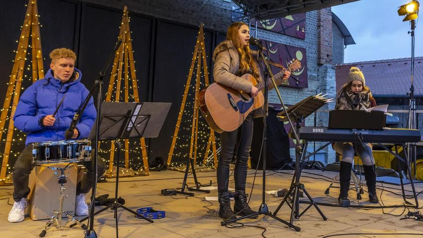 """Das Gelände der Bergwerksweihnacht zum Grooven brachte die Jugend-Popband """"magnetic"""" mit Leadsängerin Anne Bauer."""