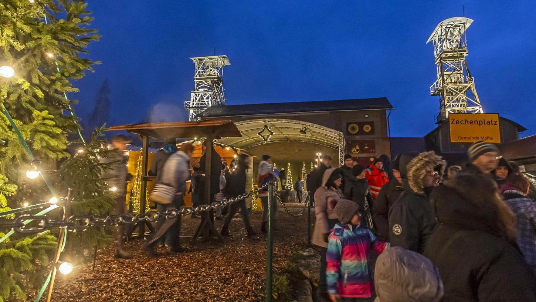 Braun der Boden, regennass die Buden und Menschen: Die 13. Bergwerksweihnacht auf der Zeche Maffei in Auerbach-Nitzlbuch war eine gut besuchte, aber verregnete Angelegenheit.