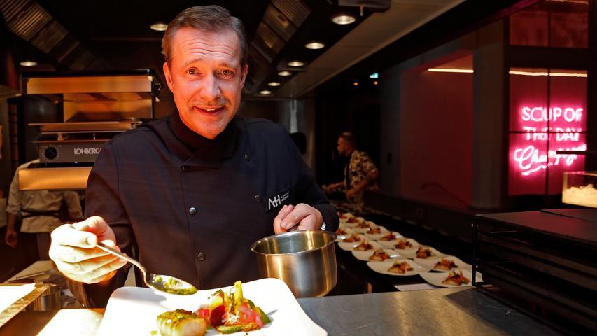 Fernsehkoch Alexander Herrmann wird das Essen am Opernball genau unter die Lupe nehmen. Neben den klassischen Nürnberger Würstl werden übrigens auch Saibling und Rote Beete Gemüse serviert.