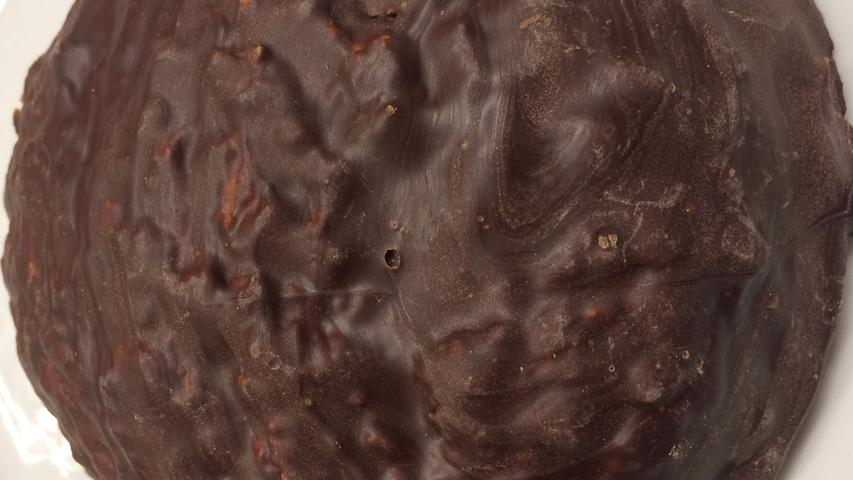 Als Drittel der 'Nordstadtbäcker' versorgt Döllner seine beiden Mitstreiter mit Lebkuchen. Optisch wunderbar dick aufgetragene Schokoladenberge, im Innern dominieren grobe Nusspartikel in Verbindung mit saftig schimmerndem Teig. Hochwertiges, frisches Orangeat und Zitronat duften schon verführerisch in der Nase. Aromen frisch gerösteter Nüsse verbinden sich mit tiefer, eleganter Gewürzaromatik. Am Gaumen beeindruckt zuerst die saftige Textur, die durch grobe Nussstücke angenehm harmonisiert wird und ein extrem stimmiges Geschmacksspektrum entstehen lässt...