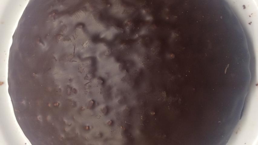 Wunderbar dick mit Schokolade übergossen, innen deutlich grobe Nüsse. In der Nase differenzierte Aromatik intensiver Nussaromen, Mandeln und feines Orangeat/Zitronat. Am Gaumen extrem ausgewogen, alle Aromen treten harmonisch ineinander verwoben wieder auf. Die Rohstoffe bestechen durch kompromisslose Frische. Nicht zu feuchter, fast cremiger Teig kombiniert alle Nuancen wunderbar, in ihrer Intensität nahezu traumwandlerisch aufeinander abgestimmt. Kein singuläres Aroma sticht hervor, Eleganz pur. Hinzu kommt ehrliche Schokolade, die auch als solche schmeckbar bleibt. Alle Sinne werden gefordert, aber auch befriedigt...
