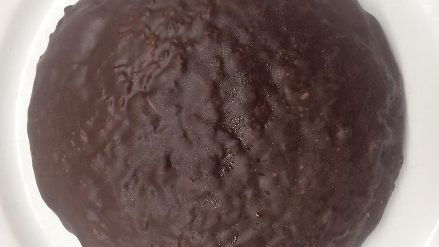 Dick mit Schokolade übergossen, im Innern bereits die Zutatenvielfalt ablesbar. In der Nase tiefe, kakaodominierte Schokoladenaromatik, animiert sofort zum Reinbeißen. Begleitet von kandiert-fruchtigen Noten von  Zitronat/Orangeat. Harmonisch verbunden mit Aromen intensiv gerösteter Haselnüsse, die mich sofort ans Piemont erinnern. Intensiv, kräftig, aber wie diese Aromen hier zusammenwachsen ist wirklich beeindruckend. Am Gaumen sofort wieder Orangeat, Zitronat, in angenehmer Ausgewogenheit zwischen Süße und Zitrusnoten. Wieder diese Nussaromen, an Haselnussschnitten erinnernd...