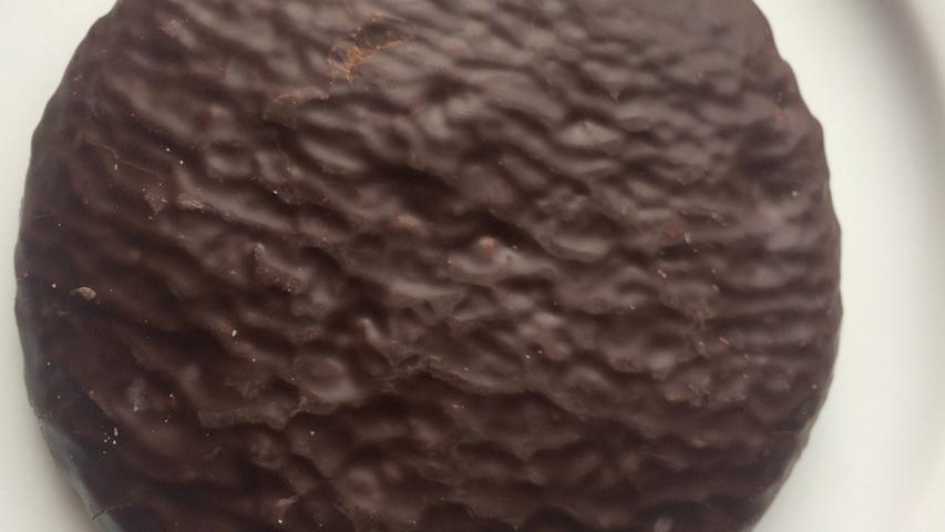 Einer der 'Global Player' in Nürnberg, doch meiner Meinung nach der Beste, der in dieser Größenordnung der Produktion ein respektables sensorisches Ergebnis abliefert. In der Optik wirkt er sparsam, die Schokolade sieht aus, wie nach dem Auftragen wieder weggeblasen. Ansatzweise schmeckt sie auch nach Schokolade, jedoch weder sehr aromatisch noch kakaoartig bitter oder süß. Ähnlich neutral wirkt auch das Innere...