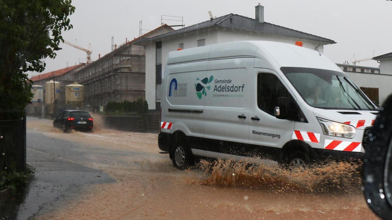 Gleich mehrmals schlug in diesem Jahr der Starkregen in Adelsdorf zu. Damit die Bürger künftig rechtzeitig mit Sandsäcken und ähnlichem gegensteugern können, gibt es in der Gemeinde nun ein Starkregen-Frühwarnsystem.