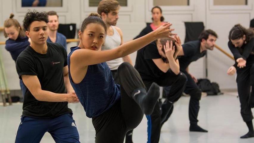 """Yeonchae Jeong (im Vordergrund) bei den Proben zu """"A Midsummernight's Dream"""". Geboren wurde sie in der Provinz. Und obwohl ihre Eltern keine ausgeprägte künstlerische Ader hatten, zogen sie doch mit ihrer Tochter in die Millionen-Metropole Gwangju ganz im Süden der koreanischen Halbinsel, um ihr eine bessere Ausbildung zu ermöglichen. Dort begann sie als 14-Jährige ihre Ausbildung an der Hanbit Ballet Academy und wagte schon ein Jahr später den großen Sprung nach Europa: An der Tanzakademie Mannheim, die ein Teil der dortigen Hochschule für Musik und Darstellende Kunst ist, feilte sie weiter an ihrem großen Talent und wurde von der Akademie unmittelbar an das Badische Staatstheater Karlsruhe engagiert."""