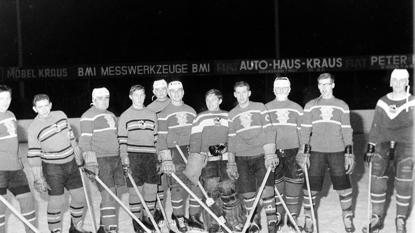 In der aktuellen Situation des EV Pegnitz erinnern sich viele an frühere Zeiten. Unser Archiv-Bild zeigt die Mannschaft vor 50 Jahren, als noch im alten Stadion gespielt wurde, in der es nur Natureis gab. Weil dies nur bei entsprechenden Minustemperaturen möglich war, wurde bis in den Dezember hinein in Amberg trainiert. Trainer war damals der unvergessene Fritz Gilligbauer (r.). Zur Mannschaft zählten Cracks wie Hans Reichel, Reinhard Chwalka, Alfred Kirschnek, Leo Neubig oder Otto friedl, um nur einige zu nennen.