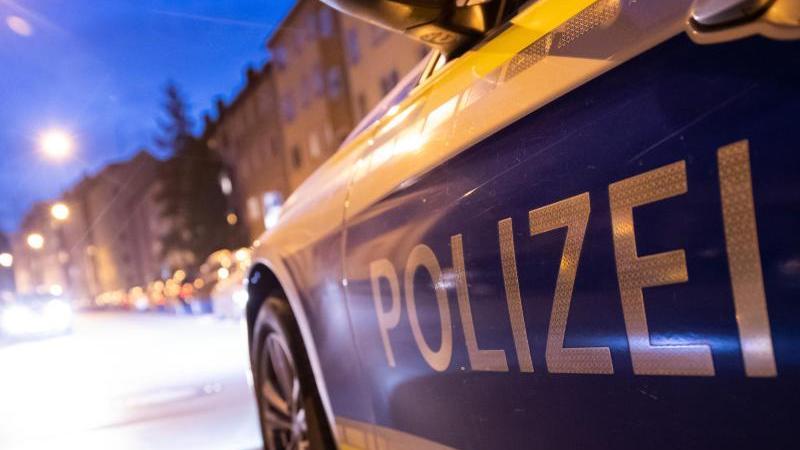 Ein Polizeiauto steht im Nürnberger Stadtteil St. Johannis.