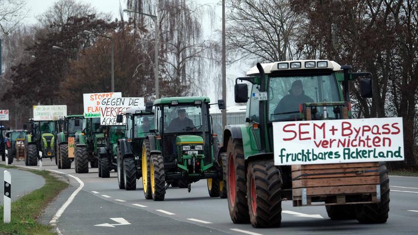 Mit Traktoren, Plakaten und Spruchbändern machten die Landwirte ihrem Ärger Luft.