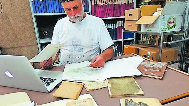"""Uwe von Seltmann hat unzählige Quellen zu Mordechai Gebirtig, dem """"Vater des jiddischen Liedes"""", gesichtet und ausgewertet. Der Aufwand hat sich gelohnt: """"Es brennt!"""" ist ein wahrer Bücher-Schatz geworden."""