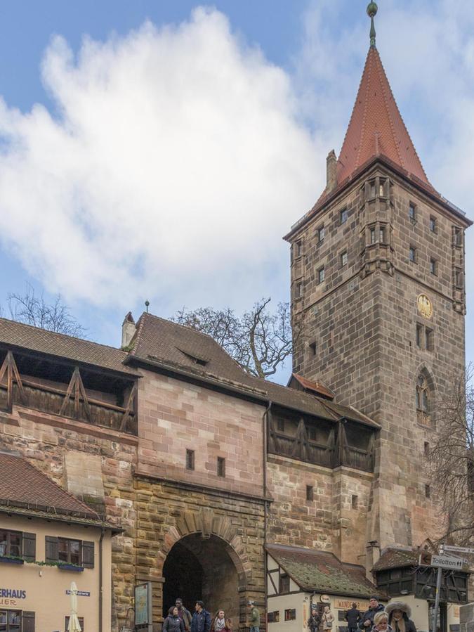 """114 Jahre später hat sich scheinbar wenig geändert. In die Gebäude neben dem Tor sind die Cafés """"Töpferei"""" und """"Wanderer"""" eingezogen."""