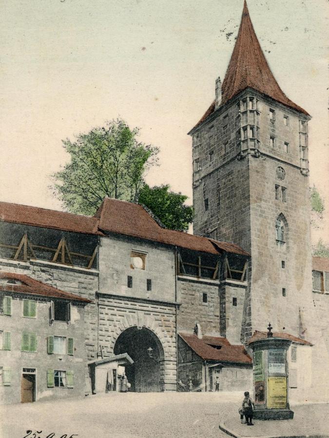 Die Stadtseite des Tores anno 1904. Die Ruhe trügt: Auch damals schon strömten die Touristen auf den Platz.