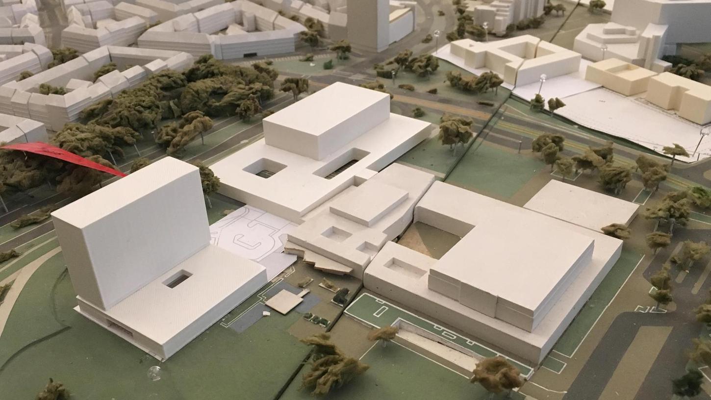 Das Modell zeigt die Kubatur des neuen Hotels - ein markanter Bau.