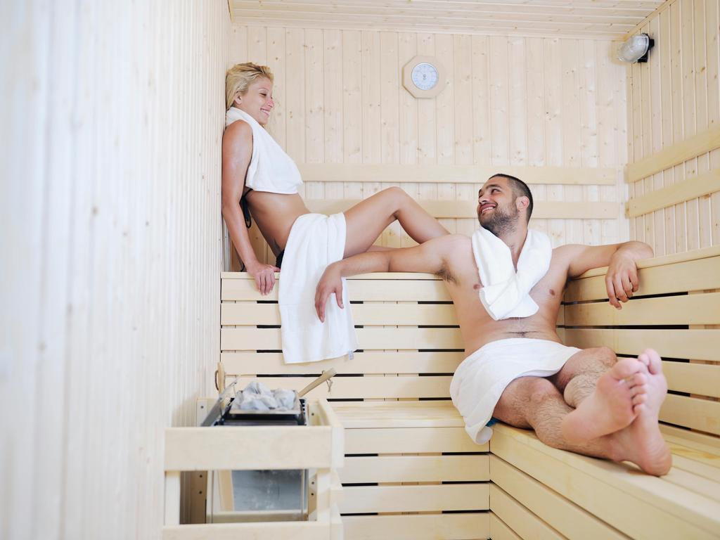 Schwester nackt sauna Geschwister und