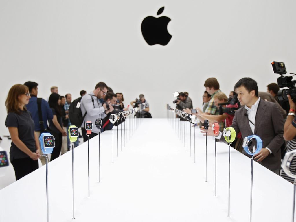 FILE - Members of the media photograph and examine the Apple Watch during Apple's launch event at the Flint Center for the Performing Arts in Cupertino, California, USA, 09 September 2014. Photo: EPA/MONICA DAVEY (zu dpa «Apple legt Streit mit gescheitertem Saphir-Lieferanten bei» vom 24.10.2014) +++(c) dpa - Bildfunk+++