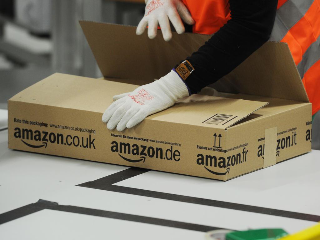 Im Amazon Logistik-Zentrum Pforzheim (Baden-Württemberg) werden am 19.10.2012 Pakete versandfertig verpackt. Der Internet-Versandhändler hat in Pforzheim einen neuen Standort eröffnet. Foto: Uli Deck/dpa (zu dpa