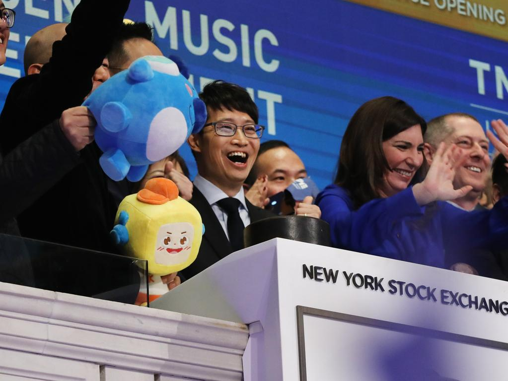 NEW YORK, NEW YORK - DECEMBER 12: Cussion Kar Shun Pang, CEO of Tencent Music Entertainment, (center) rings the opening bell of the New York Stock Exchange (NYSE) as the Chinese music-streaming service launches its IPO on December 12, 2018 in New York City. Tencent Music priced its IPO shares late Tuesday at $13 per American depository share. Spencer Platt/Getty Images/AFP.== FOR NEWSPAPERS, INTERNET, TELCOS & TELEVISION USE ONLY ==