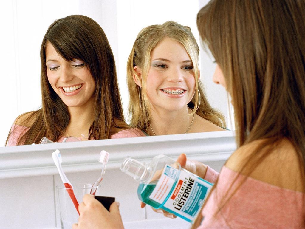 Schnell vorm' Ausgehen noch mal spülen - mit langanhaltend frischem Atem kann der Abend beginnen. Doch Listerine kann mehr: Bakterien, die Parodontitis und Karies auslösen, werden vernichtet, während das Gleichgewicht der Mundflora geschont wird. Wenn die Spange Zähneputzen und Zahnseide problematisch macht, ist die Mundspülung eine gute Alternative. Studien belegen: Listerine wirkt genauso effektiv wie der Gebrauch von Zahnseide. Weiterer Text über ots - Die Verwendung dieses Bildes ist für redaktionelle Zwecke honorarfrei. Abdruck bitte unter Quellenangabe: