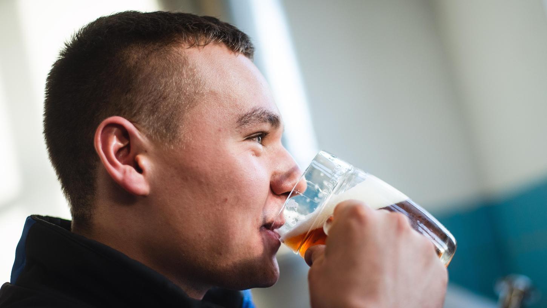 Der beim Bundesleistungswettbewerb zu Deutschlands bestem Jungbrauer gekürte Brauergeselle Sebastian Dippold trinkt am liebsten ein Helles.
