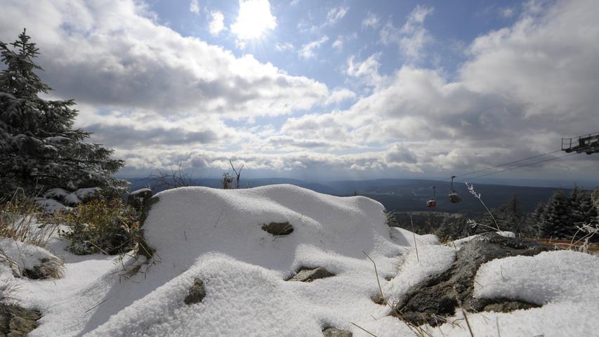 Der fränkische Gebirgsweg führt über die höchsten Gipfel Frankens und verbreitet dabei – ohne Hochgebirgskondition zu fordern – Gipfelstürmer-Stimmung. Ihren Anfang nimmt die 425 Kilometer lange Tour in Untereichenstein bei Issigau. Im Frankenwald beginnend, durchquert sie das Fichtelgebirge und die Fränkische Schweiz, bevor sie in Hersbruck in der Frankenalb ihr Ende findet. Davor geht es aber noch hinauf auf die beiden Tausender Schneeberg und Ochsenkopf, auf den Großen Waldstein, die Platte und viele weitere Erhebungen der fränkischen Mittelgebirge.
