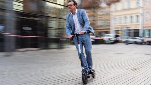 Per e-Scooter könnten Pendler den letzten Kilometer von der S- oder U-Bahn-Station zum Arbeitsplatz zurücklegen.