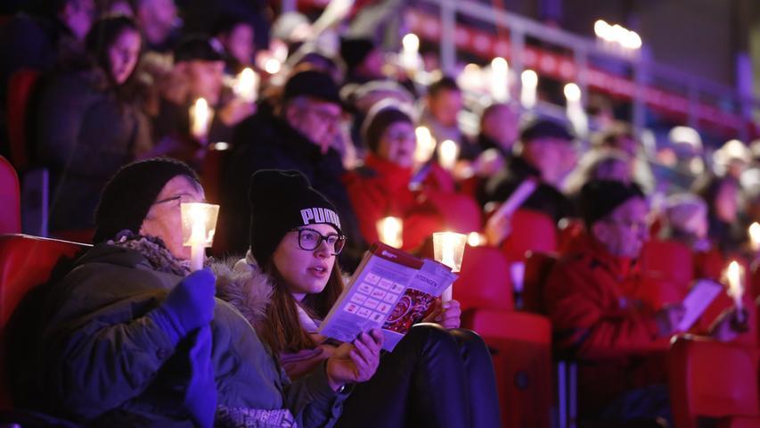 Ein gigantischer Chor schmettert im Max-Morlock-Stadion aus vielen Tausend Kehlen Weihnachtslieder. 10.000 sind beim ersten Nürnberger Adventssingen mit dabei ...