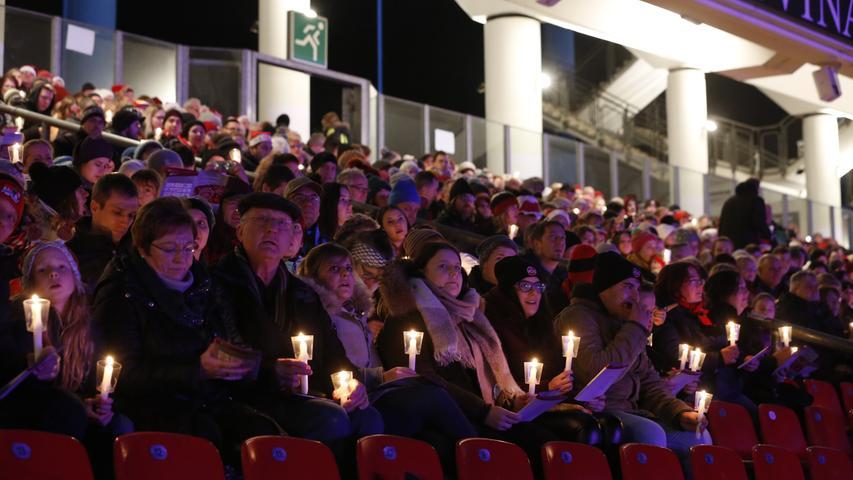Dass der Beifall aus dem Publikum schütter bleibt, liegt nicht an der Qualität der Reden, sondern an den Kerzen, die alle in den Händen halten. Klatschen geht nicht, singen schon.
