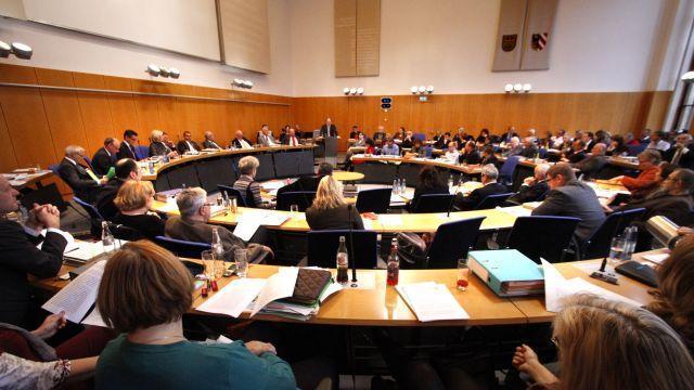 Wer die Stadtratssitzungen verfolgen will, muss ins Rathaus kommen und sich einen Platz auf der Zuschauertribüne suchen. Wenn es nach der FDP ginge, kann man die Debatten auch bald zu Hause am Computer ansehen.