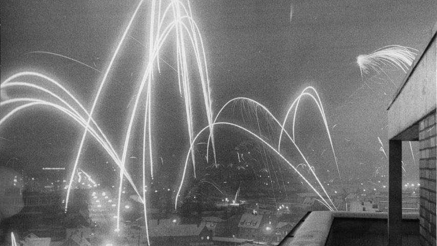 Hohe, bizarre und doch schön geschwungene Lichtkaskaden zeichnen sich über dem Mitternachtshimmel ab – wie hier von einer Dachterrasse eines Hochhauses in der Äußeren Bayreuther Straße. Es knallt und kracht an allen Stellen. Hier geht es zum Kalenderblatt vom 1. Januar 1969: Viel Lärm um einen guten Start