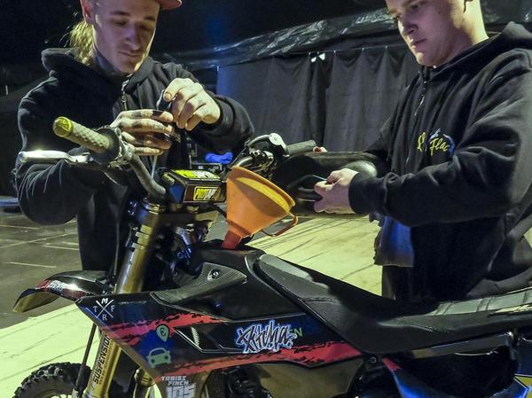 Tobias Finck und Freddy Peters gehören mit ihren Motorrädern zu den Flic-Flac-Stars.