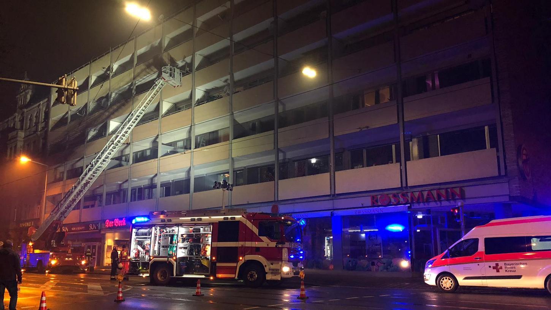 Etliche Male mussten die Einsatzkräfte von Feuerwehr und Rettungsdienst in der Silvesternacht ins Stadtgebiet ausrücken. Auch in der Sulzbacher Straße kam es zu einem Brand.
