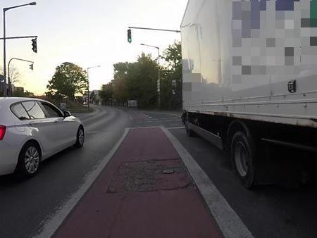 So wie hier am Nordwestring sollen künftig Radfahrer an Kreuzungen auf Hauptverkehrsstraßen in Nürnberg geführt werden - zwischen geradeaus fahrenden und rechtsabbiegenden Fahrzeugen. Das mag zwar objektiv sicher sein, aber fühlen sich Radfahrer hier sicher? Und wie soll man hier links abbiegen?