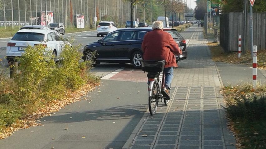 Radwege, die von Grundstücksausfahrten gekreuzt werden, erfordern eine erhöhte Aufmerksamkeit der Radfahrer. Denn nicht jeder Autofahrer achtet auf den kreuzenden Radverkehr, der hier Vorfahrt hat. Dürfen Radfahrer den Radweg in beiden Richtungen benutzen, wie hier in der Regensburger Straße, ist doppelte Vorsicht geboten. Denn mit Radfahrern aus der vermeintlich falschen Richtung wird noch weniger gerechnet.