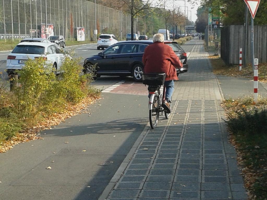 Radwege, die von Grundstücksausfahrten gekreuzt werden, erfordern eine erhöhte Aufmerksamkeit der Radfahrer. Denn nicht jeder Autofahrer achtet auf den kreuzenden Radverkehr, der hier Vorfahrt hat. Dürfen Radfahrer den Radweg in beiden Richtungen benutzen, wie hier in der Regensburger Straße, ist doppelte Vorsicht geboten: denn mit Radfahrern aus der vermeintlich falschen Richtung wird noch weniger gerechnet.