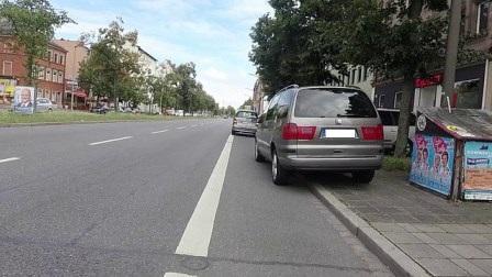 Radstreifen, die von Fahrzeugen zugeparkt werden, zwingen Radfahrer zum Ausweichen auf die Fahrbahn und zum Einordnen in den fließenden und schnelleren Straßenverkehr.
